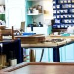 Primo piano del tavolo di lavoro, nel quale vengono rifiniti i dettagli di lavorazione